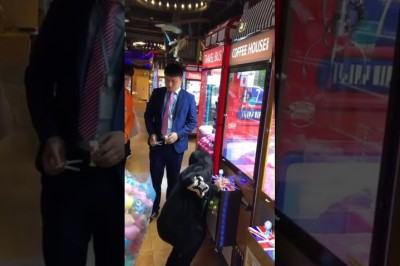 Chinese Girl Basically Cleans Out Entire Claw Machine Under Dumbfounded Manager's Watch!